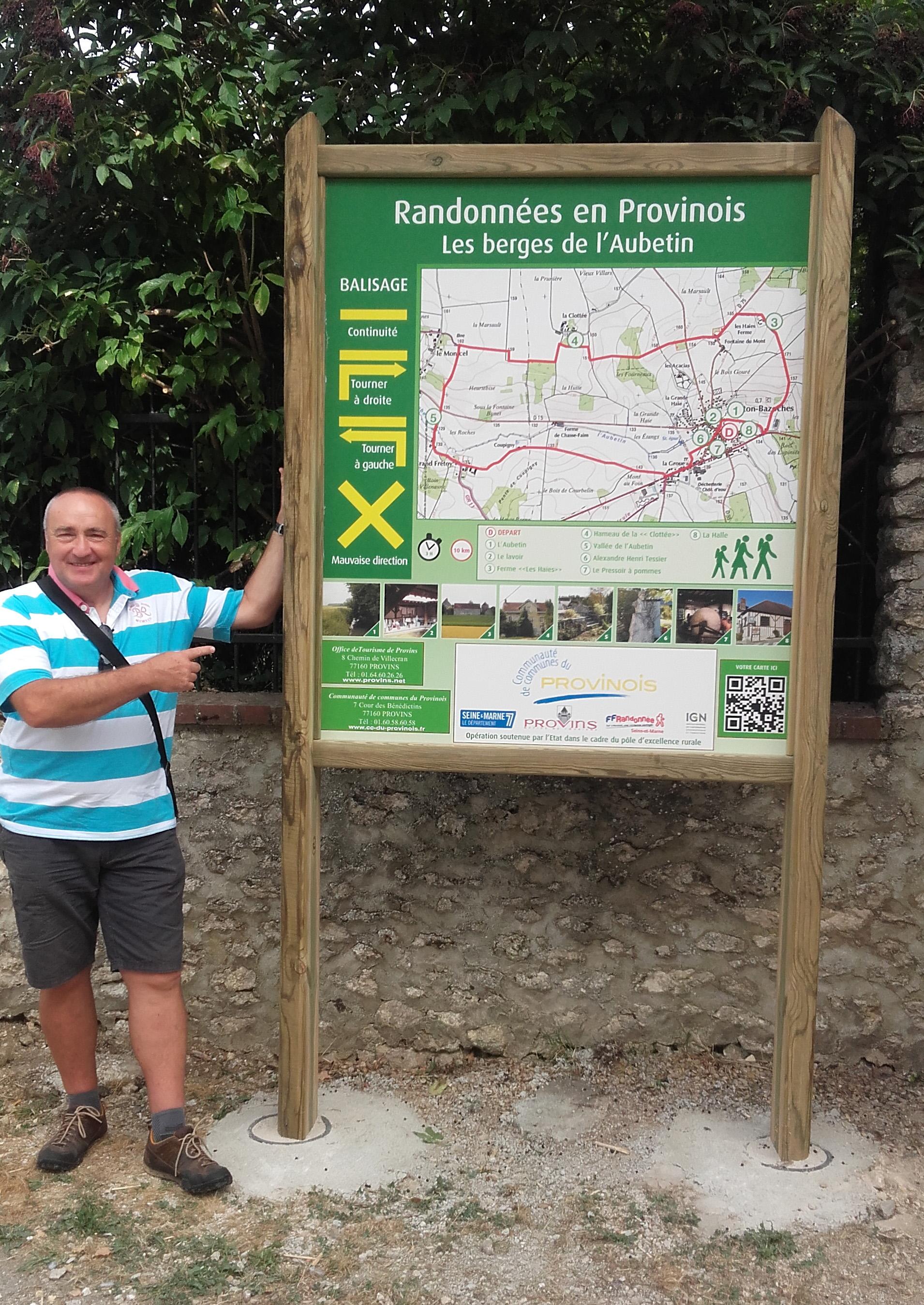 Premier panneau de signalétique sur le Provinois La randonnée en Seine et Marne # Panneau Signalisation Bois